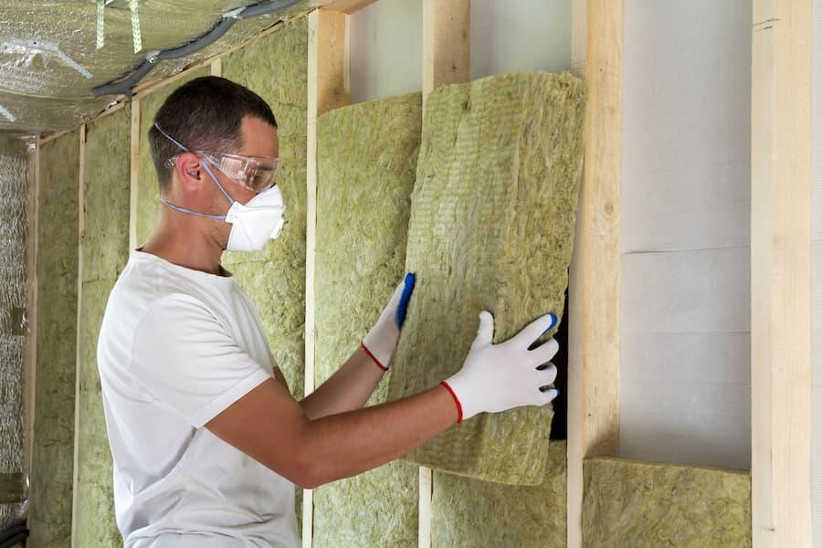 Mineralfaser verarbeiten: Atemschutzmaske tragen © bilanol, stock.adobe.com
