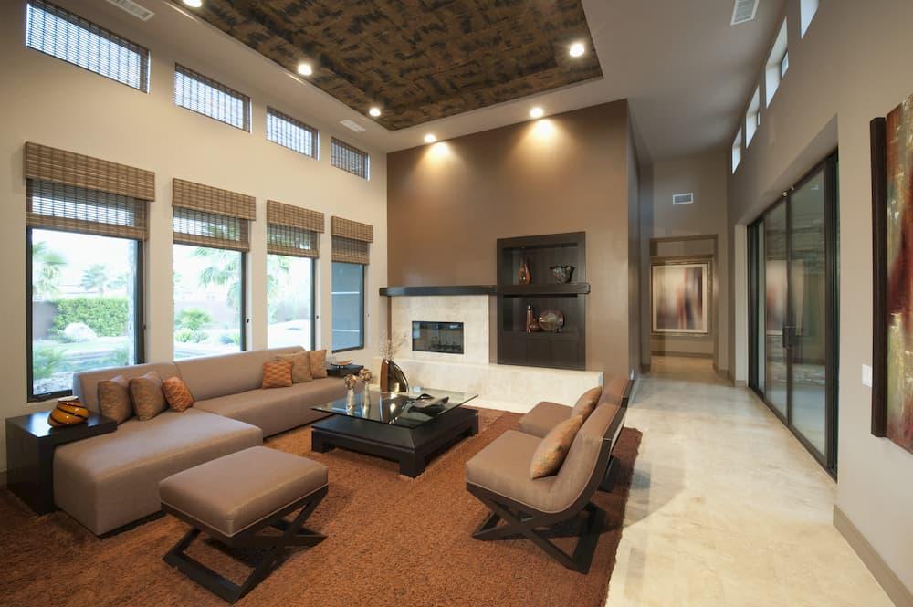 Modernes Wohnzimmer mit hoher Decke © moodboard, stock.adobe.com