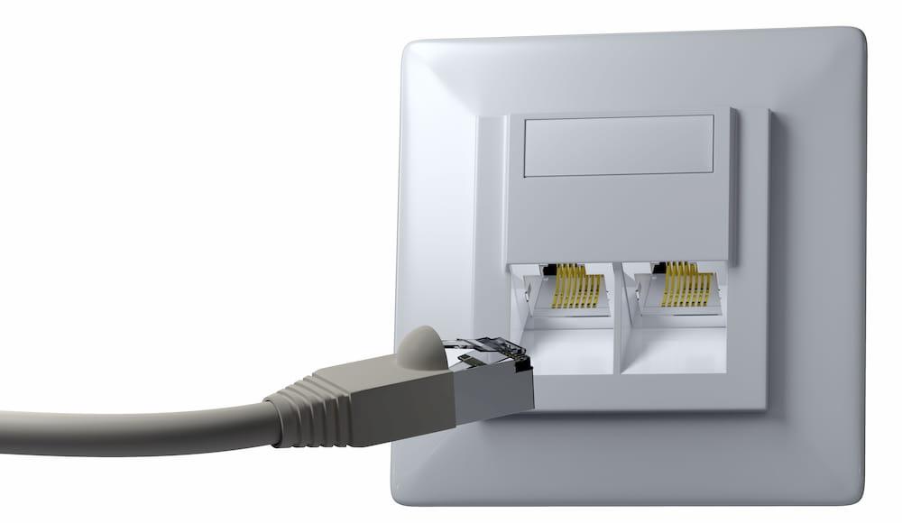 Netzwerkdose mit RJ-45 Stecker © praefulgeo, stock.adobe.com