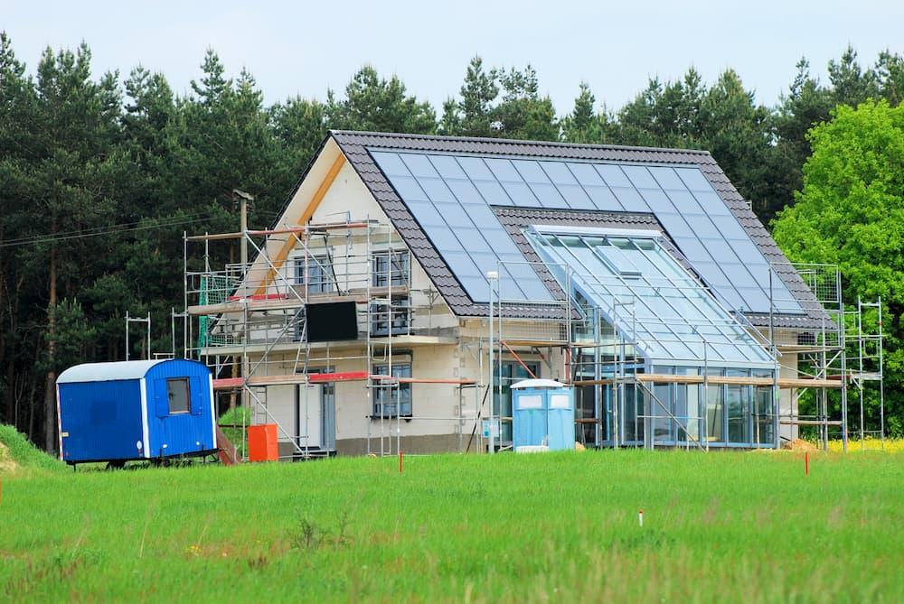 Neubau mit Photovoltaikanlage © Danbu-Berlin, stock.adobe.com