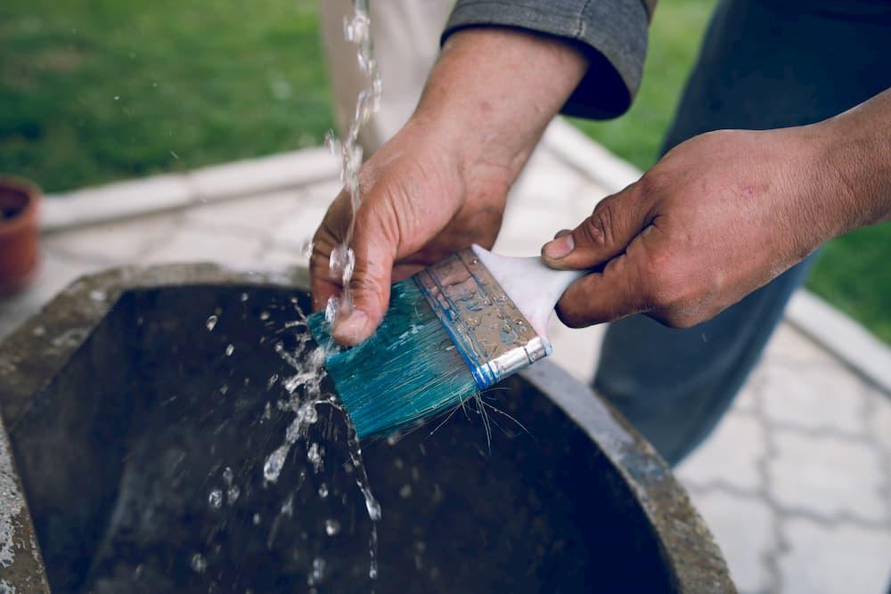 Pinsel nach dem Gebrauch gründlich reinigen © Miljan Zivkovic, stock.adobe.com