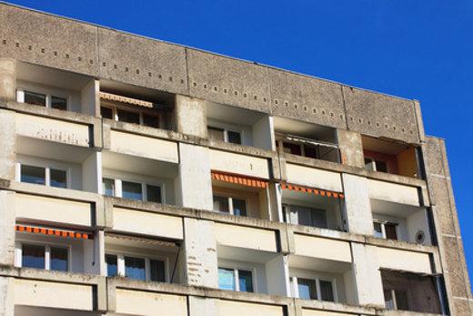 Plattenbau unsaniert © rotschwarzdesign, fotolia.com