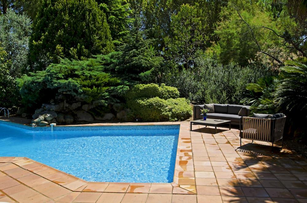 Pool im Garten © Banus, stock.adobe.com
