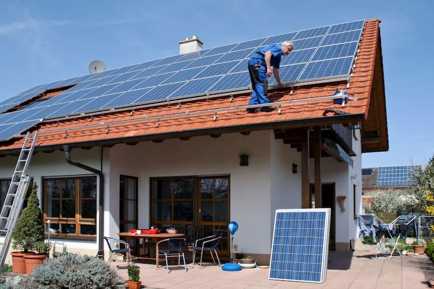 Photovoltaik Anlage Hausdach © Marina Lohrbach, stock.adobe.com