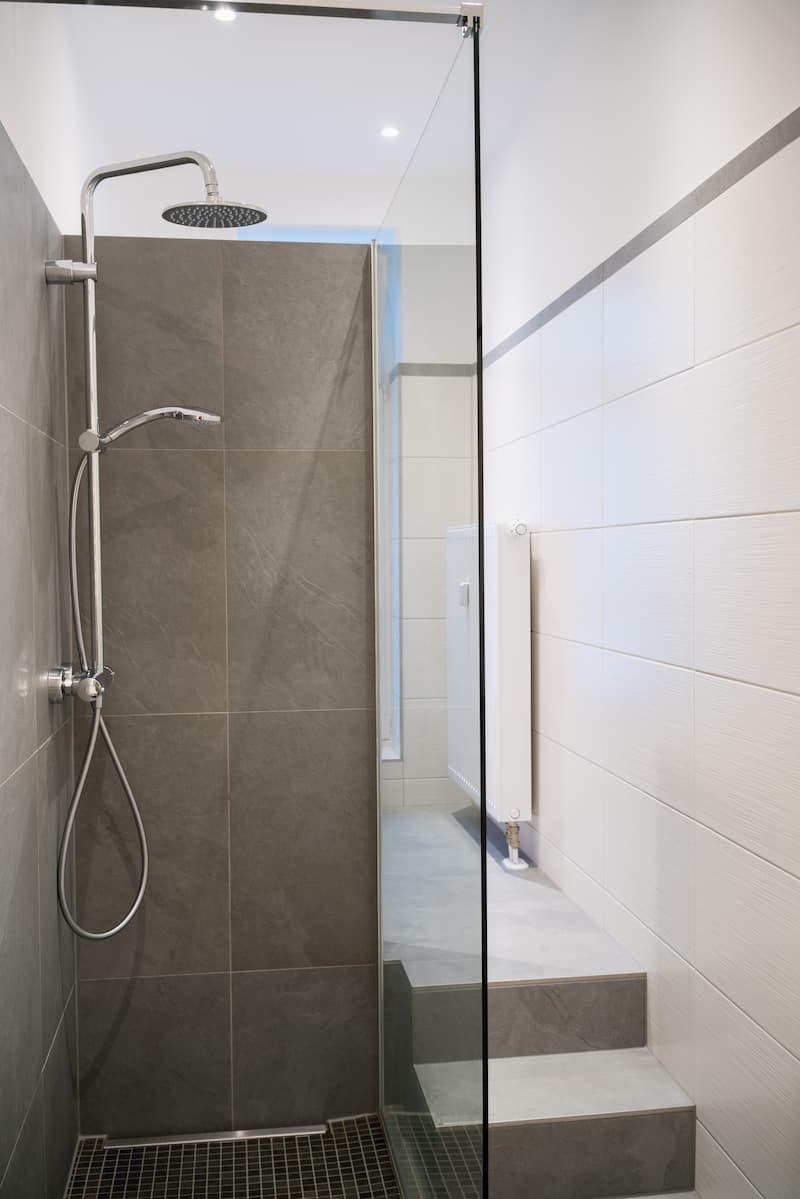 Regendusche in einem Schlauchbad © contrastwerkstatt, stock.adobe.com