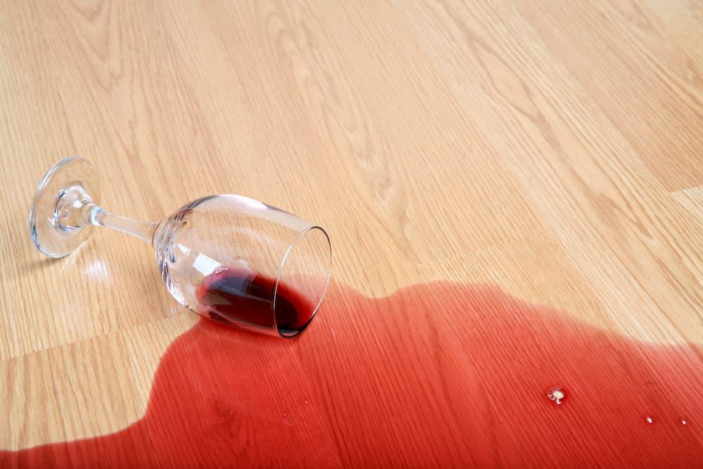 Verschütteter Rotwein auf Holzboden © Sascha Burkard, stock.adobe.com
