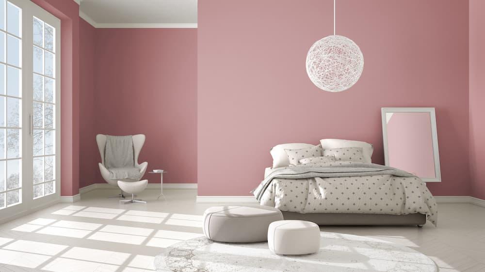 Schlafzimmer mit Wand in Rosetönen © ArchiVIZ, stock.adobe.com