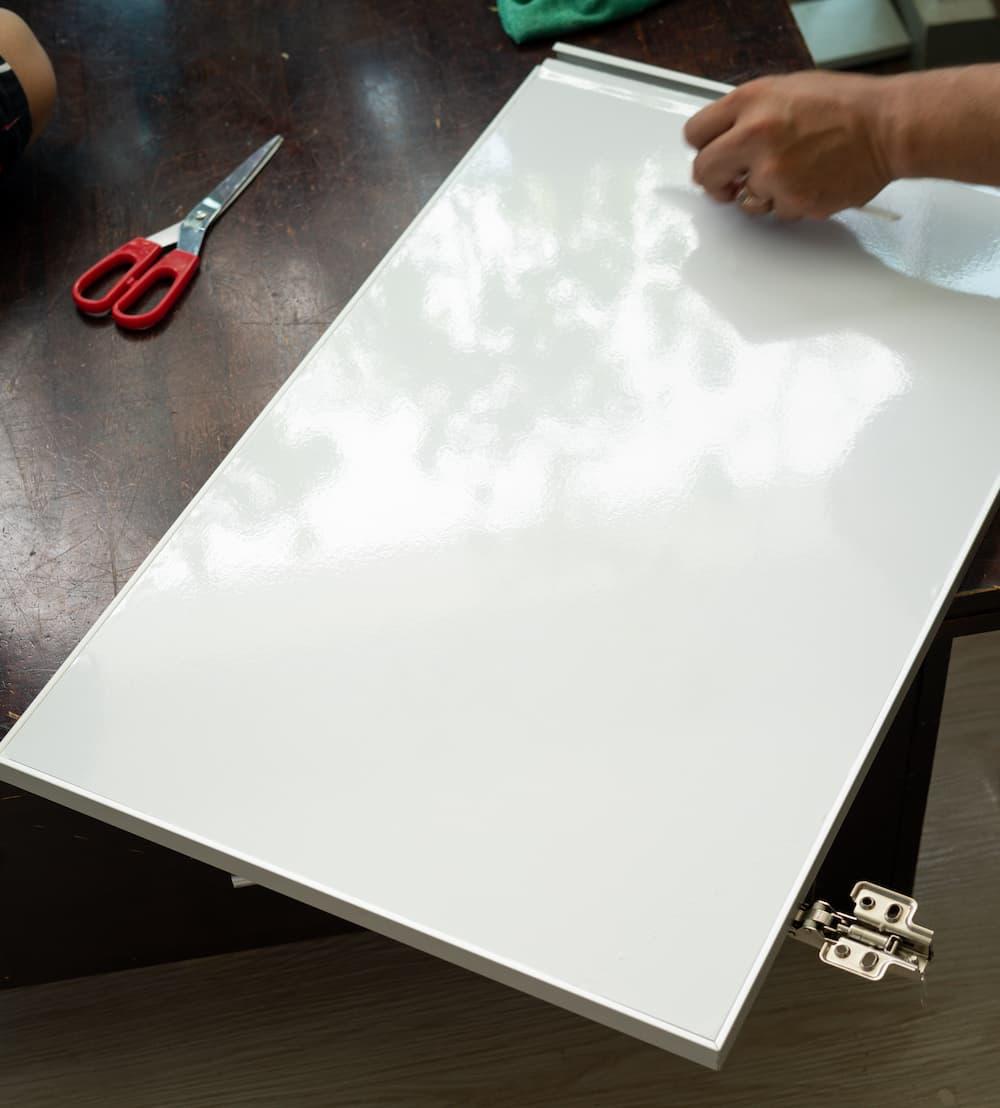 Schranktür wird mit neuer Folie versehen © ellinnur, stock.adobe.com