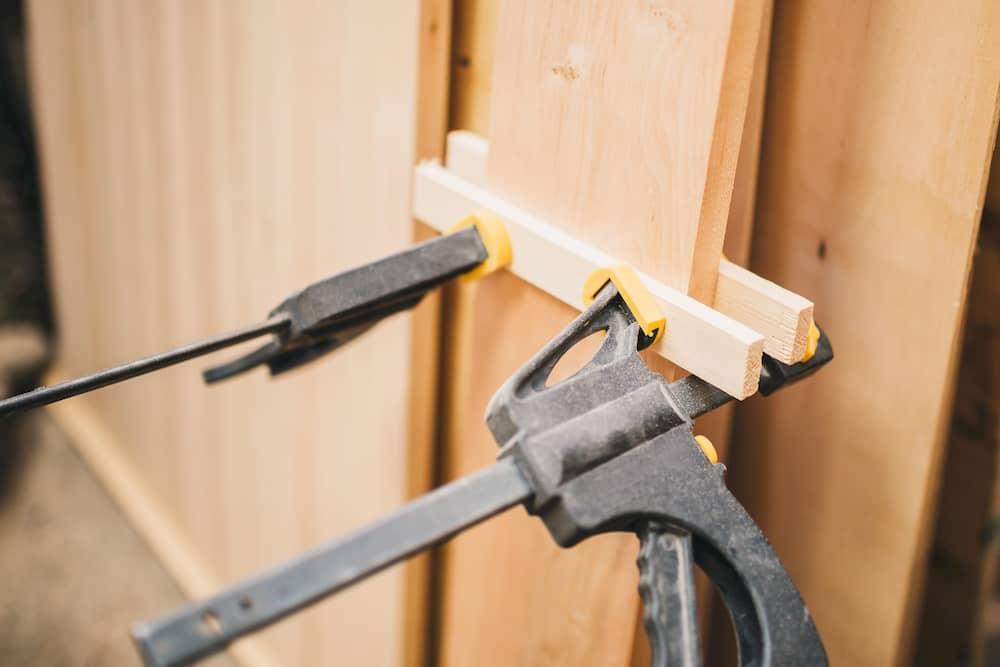 Schraubzwingen im Einsatz mit Zulagen © Andrey Gonchar, stock.adobe.com