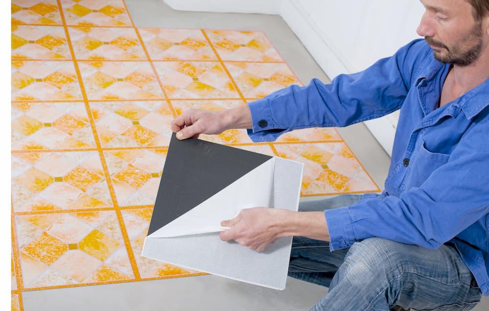 Selbstklebender Bodenbelag: Erst die Folie abziehen
