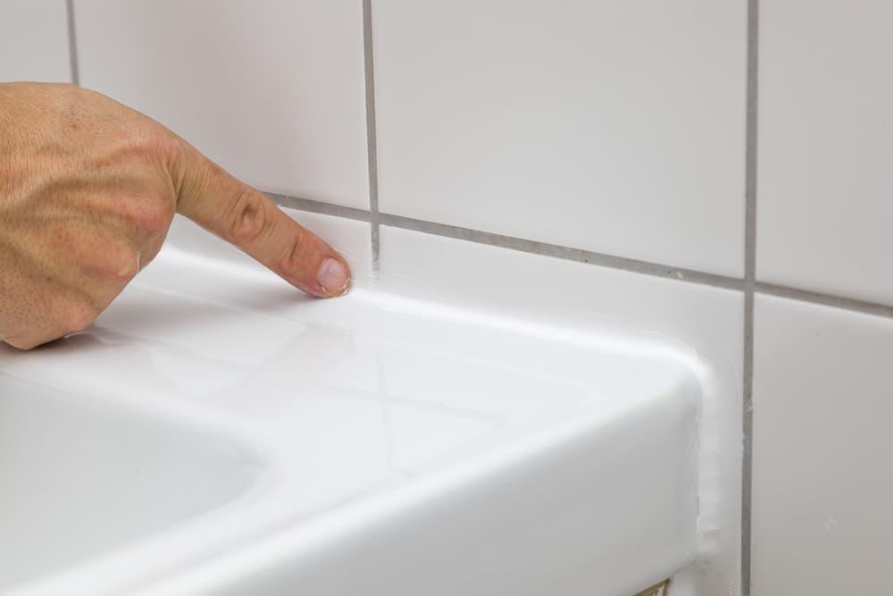 Silikon mit dem Finger glätten © mika, stock.adobe.com