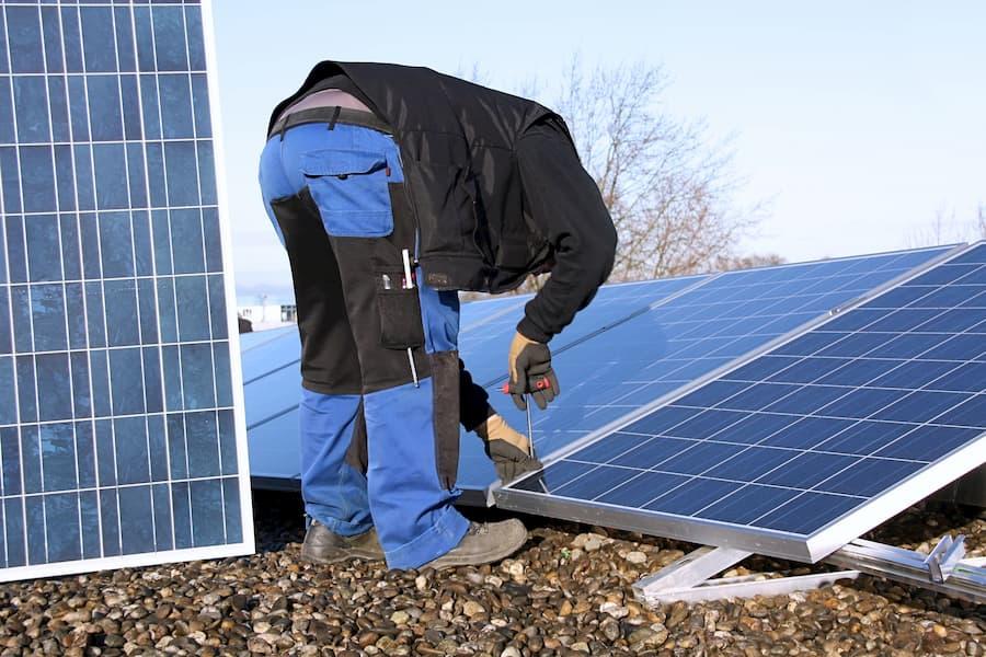 Solaranlage Installation © Marina Lohrbach, stock.adobe.com