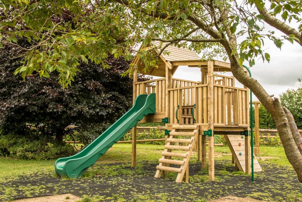Spielhaus im Außenbereich © Sussex Media, stock.adobe.com