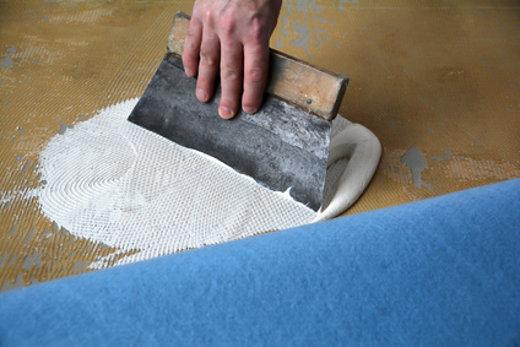 Teppichboden wird verklebt © Heiko Küverling, fotolia.com