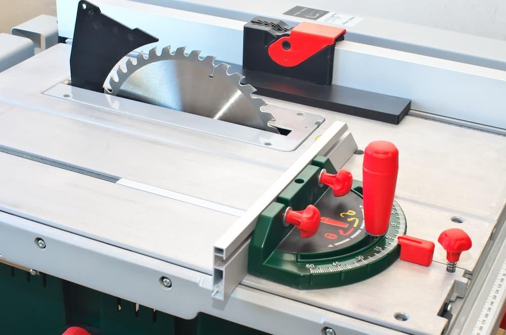 Tischkreissäge mit Längen- und Breitenanschlag © GIS, stock.adobe.com