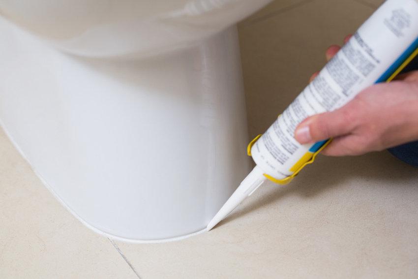 Toilette mit Silikon verfugen  © WavebreakmediaMicro, fotolia.com