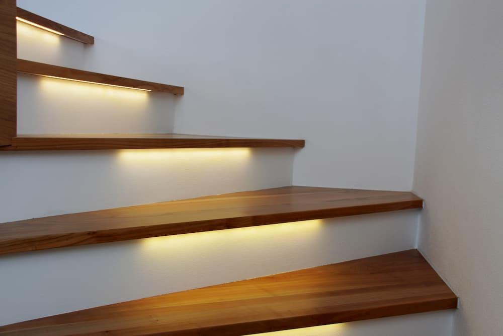Treppe mit beleuchteten Stufen © WoGi, stock.adobe.com