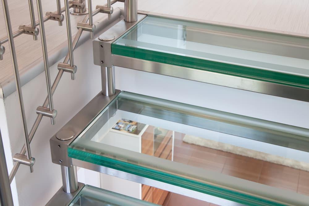 Treppe mit Glasstufen  © Jeanette Dietl, stock.adobe.com
