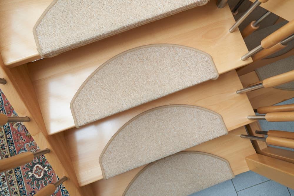 Treppe mit rutschhemmenden Matten ©, stock.adobe.com