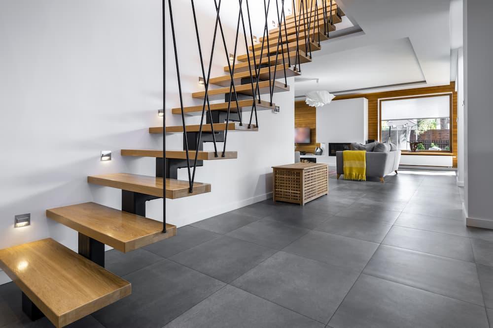 Moderne Treppe aus Holz und Metall © cinematographer, stock.adobe.com