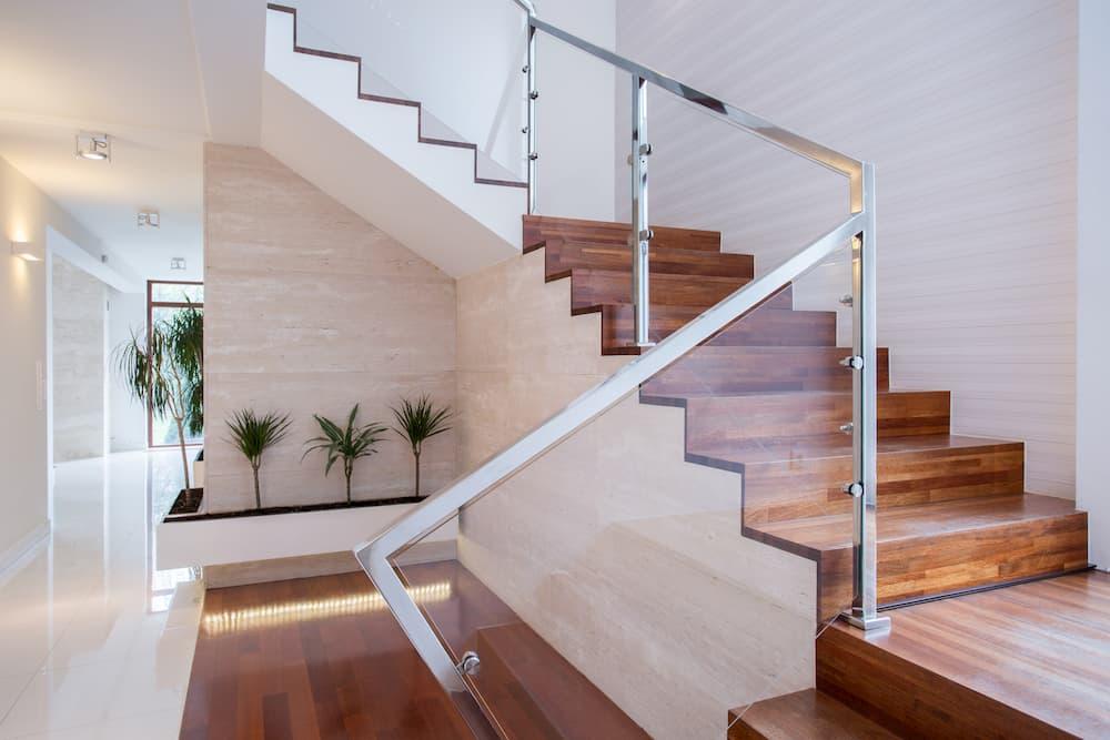 Treppe mit Geländer aus Glas © Photographee.eu, stock.adobe.com