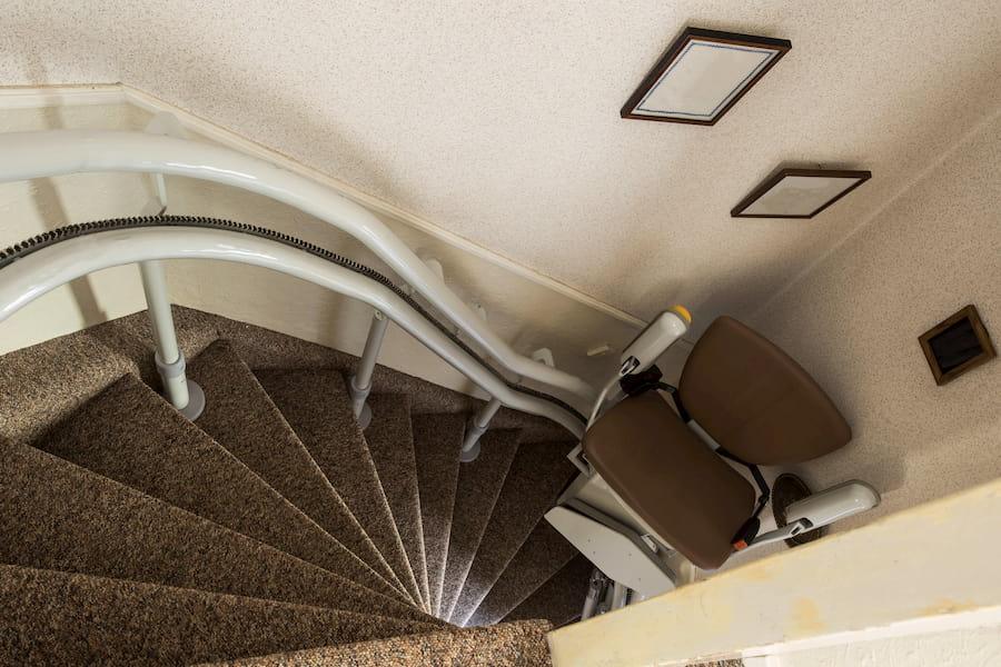 Treppenlift: Kurvige und steile Treppen sind kein Problem, annebel146 ©  stock.adobe.com