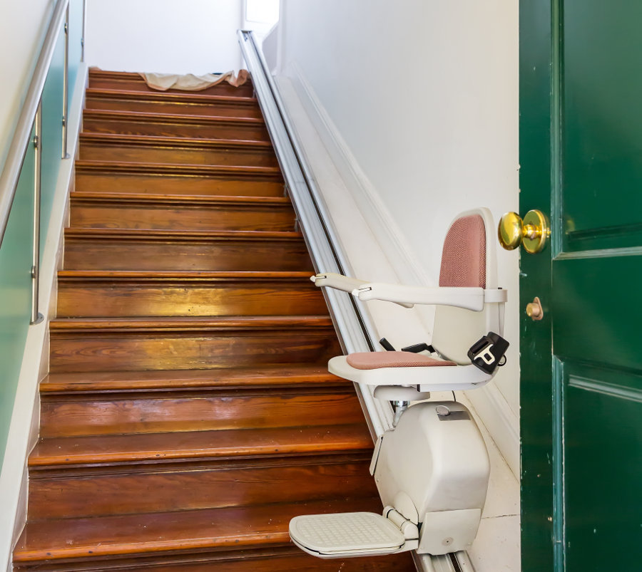 Treppenlift bei einer geraden Treppe © Nomad Soul, stock.adobe.com