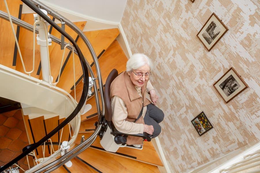 Treppenlift im Einsatz © Ingo Bartussek, stock.adobe.com