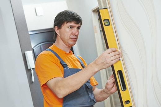 Tür installieren © Kadmy, fotolia.com