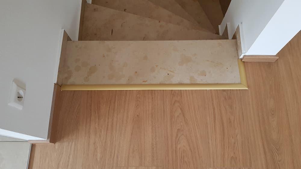 Geklebtes Übergangsprofil zu einer Treppe