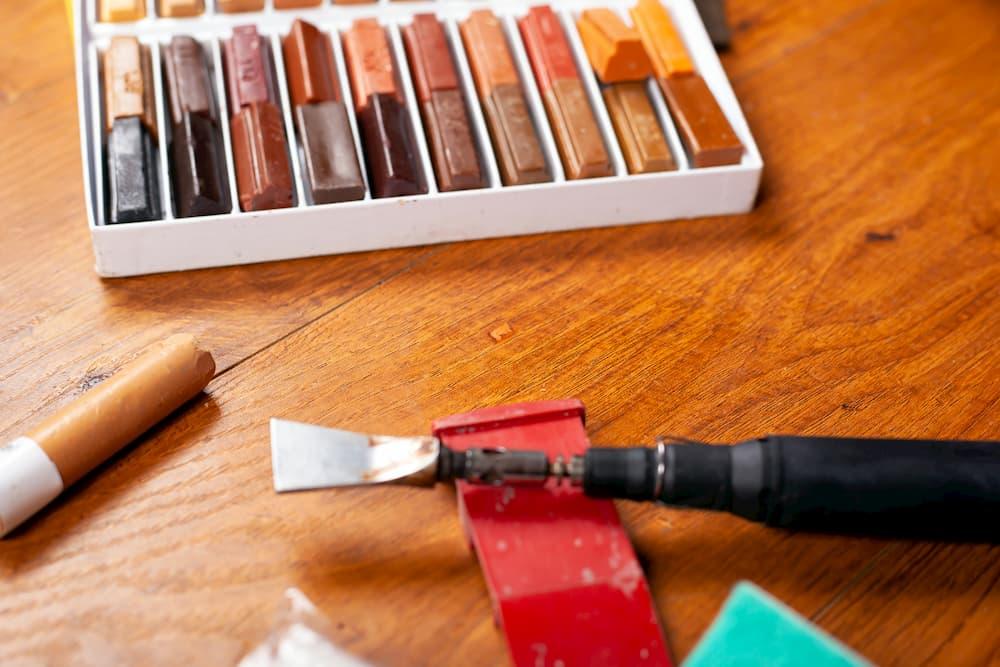 Wachskitt um den Holzbelag zu reparieren © Fukume, stock.adobe.com