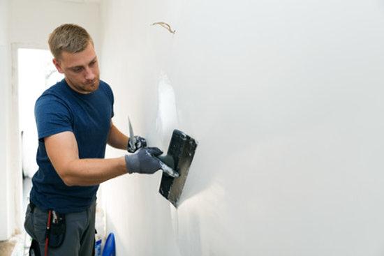 8 Methoden, um alte Farben und Anstriche von der Wand zu entfernen
