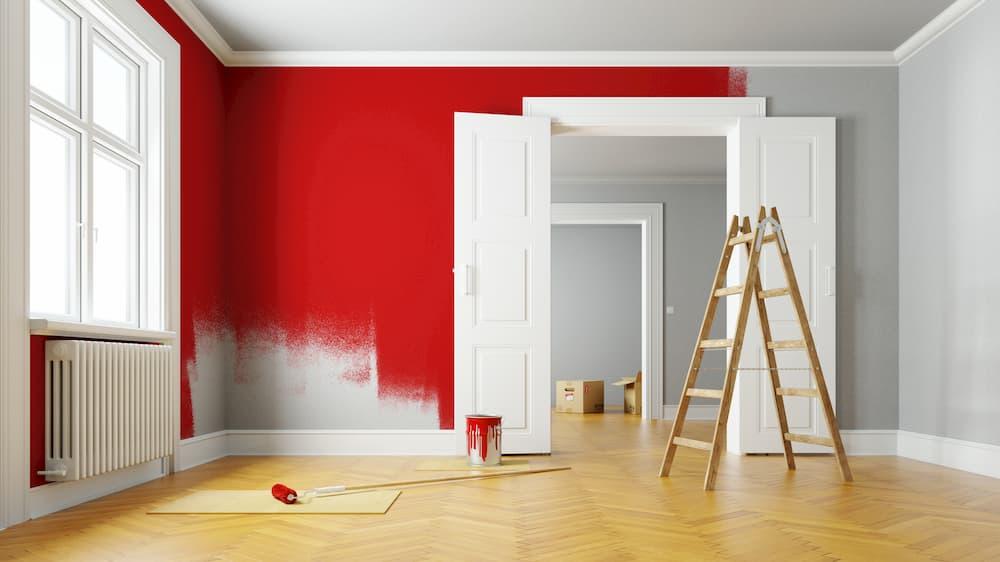 Wände im Altbau rot streichen © Robert Kneschke, stock.adobe.com