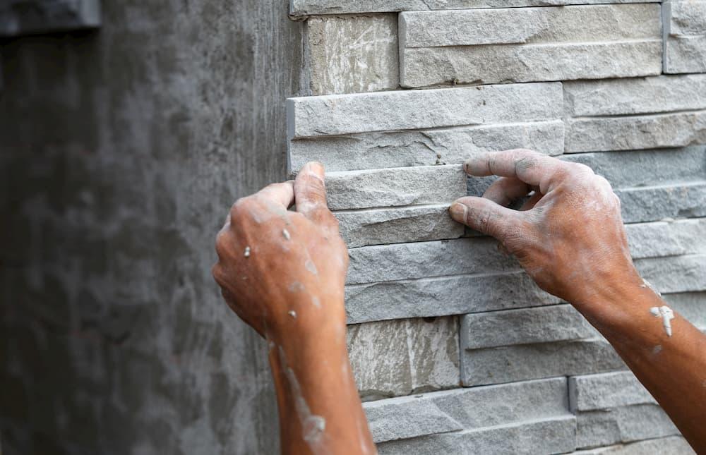 Verblender wird an der Wand befestigt © wittybear, stock.adobe.com