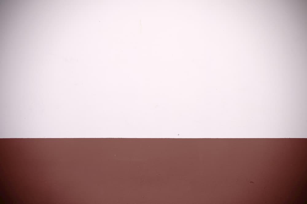 Wand in Rottönen zweifarbig gestrichen © ginton, stock.adobe.com