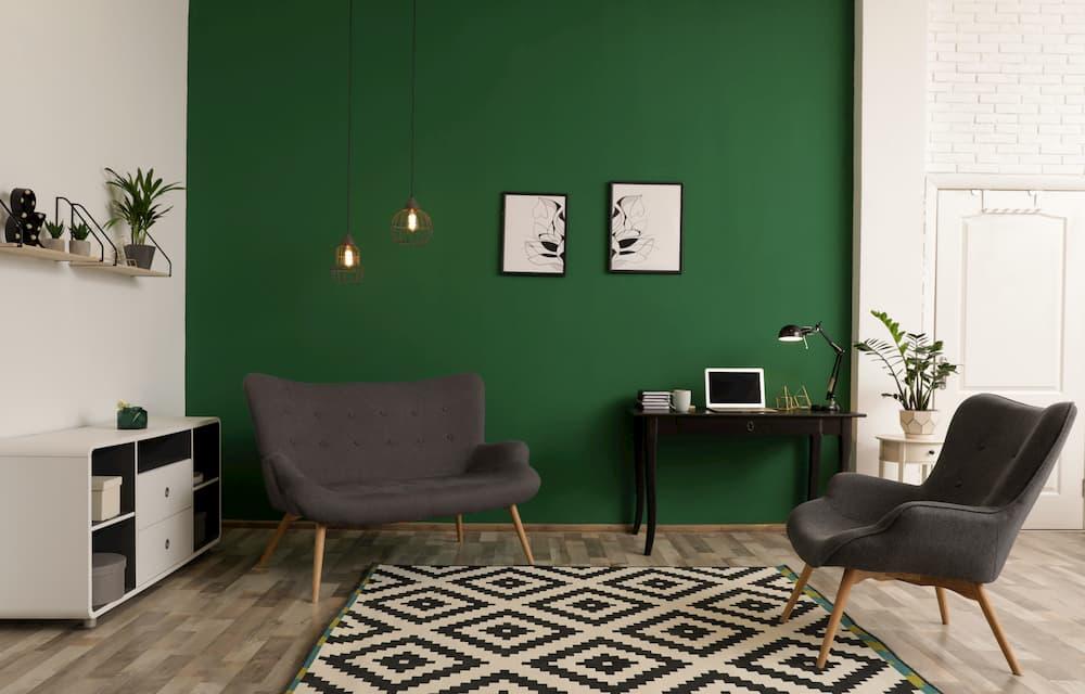 Wohnzimmer mit grüner Wand © New Africa, stock.adobe.com
