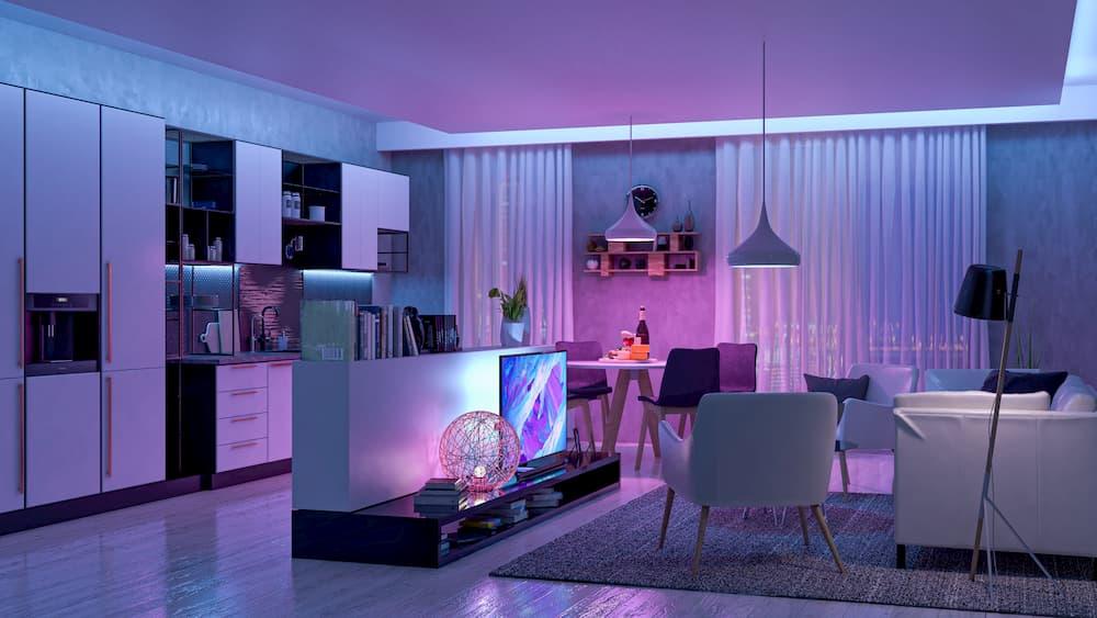 Wohnzimmer mit stimmungsvollem rötlichen Licht © pozitivo, stock.adobe.com