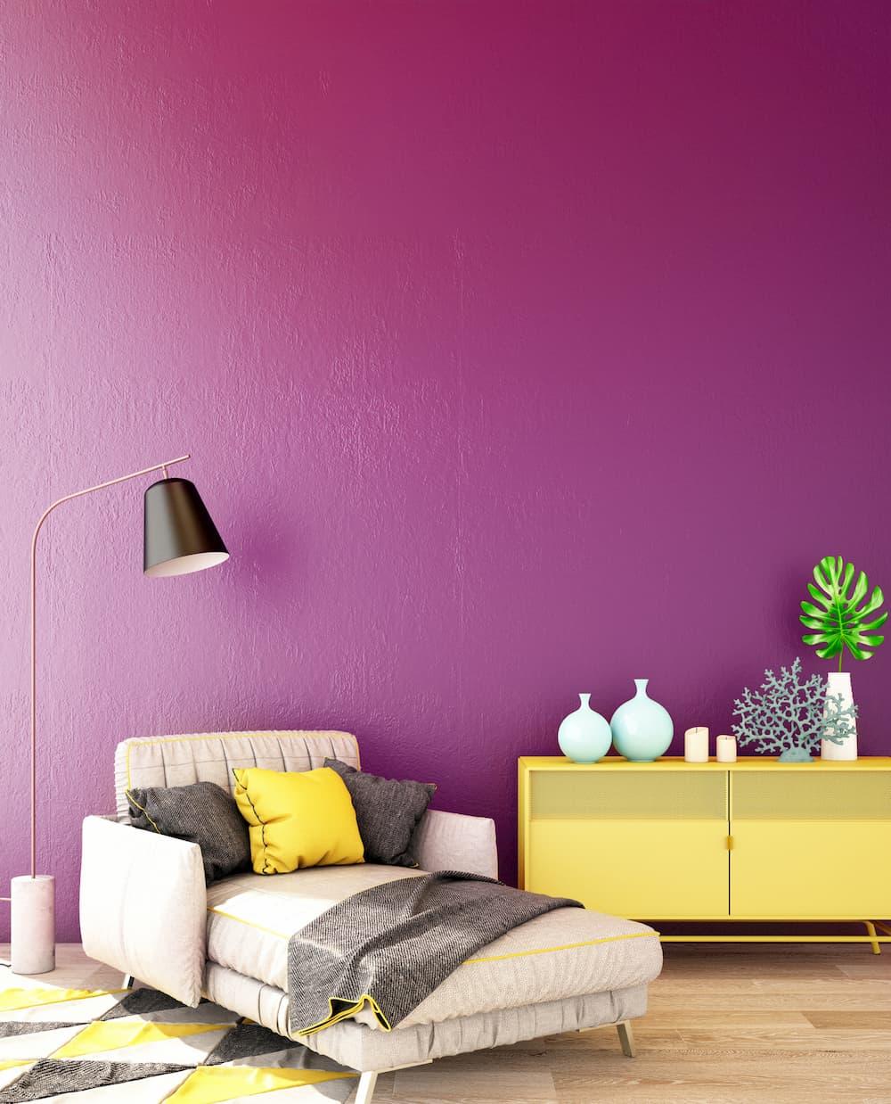 Wohnzimmer mit violetter Wand unf gelben Akzenten © TATTA, stock.adobe.com