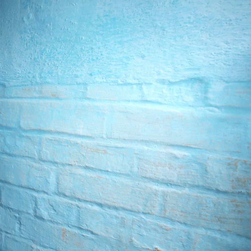 Ziegelwand mit blauer Kalkfarbe © Annett Seidler, stock.adobe.com